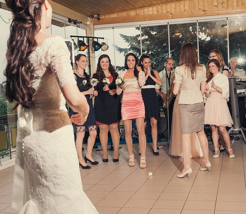 csokordobás esküvőn Paks