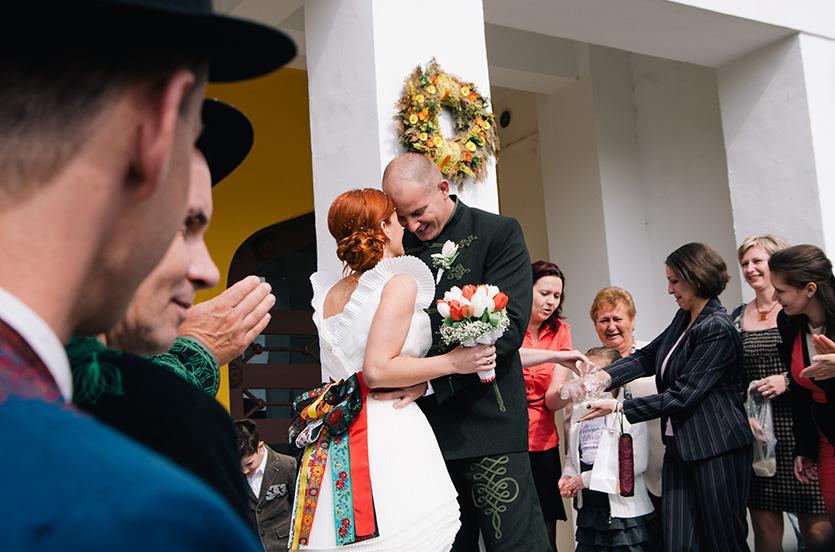 esküvői rizsszórás pillanat fotó