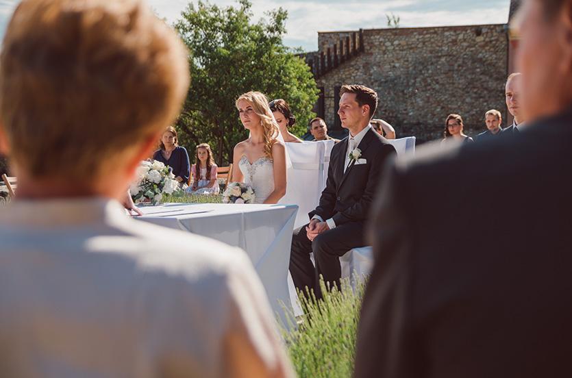 esküvői szertartás a pécsváradi várkertben