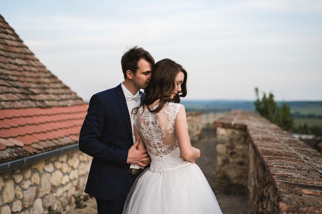 romantikus esküvő várnál